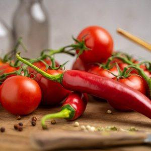 csípős halászlé alapanyagok chili és paradicsom